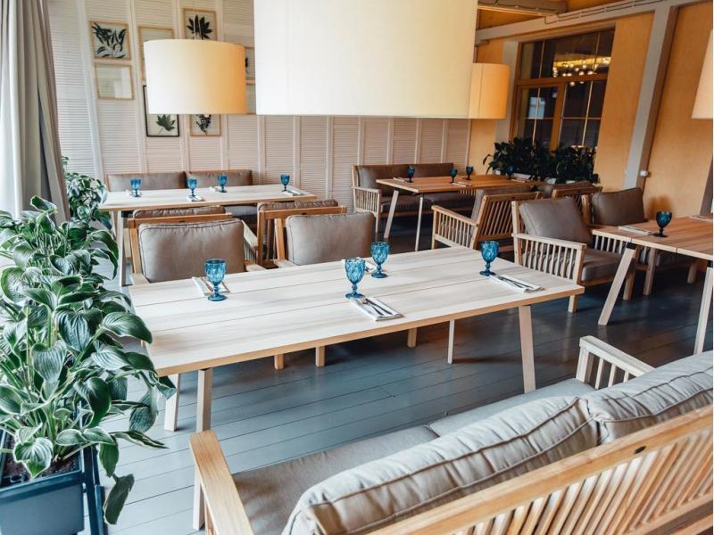Мебель из тика и акации на летней веранде